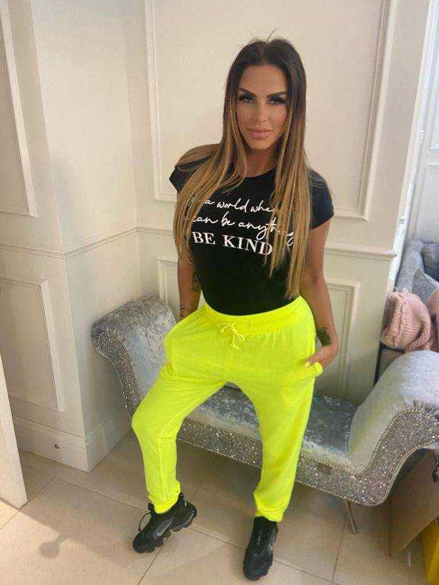 Katie Price looks amazing in these bright yellow sweatpants
